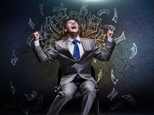 Mann freut sich über Geldregen.
