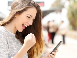 Erfolgreiche-Jobsuche-am-Smartphone-Junge-Frau