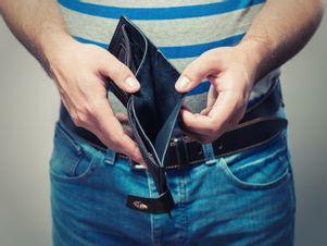 Mann öffnet seine leere Geldbörse.