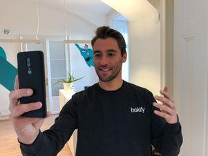 karl-nimmt-bewerbungsvideo-mit-smartphone-auf