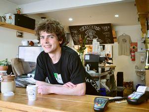 junger-barkeeper-geringfügige-anstellung