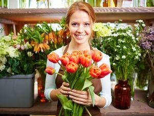 Junge Frau verkauft Blumen.