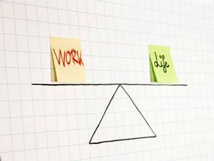 Work-Life-Balance wird malerisch auf einem Flipchart dargestellt.