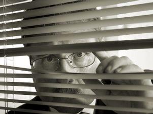Chef schaut verdächtig durchs Fenster.