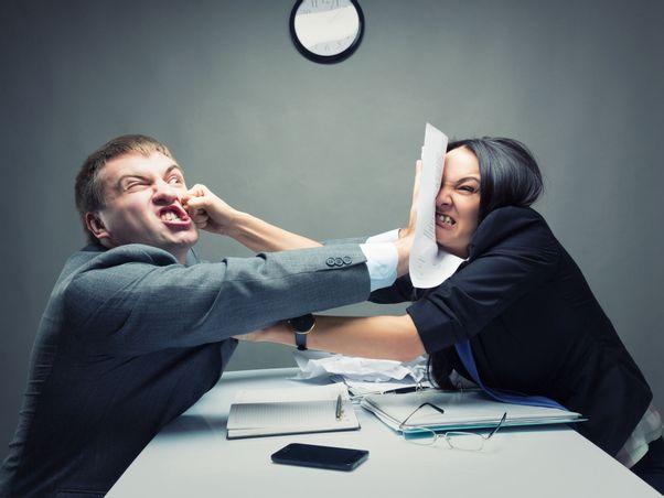 Personalchefin und Bewerber sind sehr voneinander genervt.