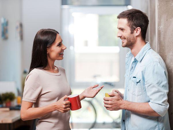 Zwei Kollegen unterhalten sich während der Kaffeepause.