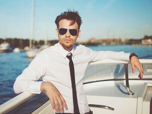 erfolgreicher-mann-auf-privater-yacht