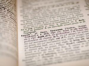 Aufgeschlagenes Wörterbuch.
